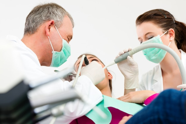 Paziente con il dentista - trattamento dentale