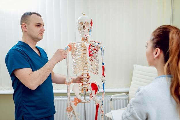 Paziente con il medico ortopedico nel suo ufficio.