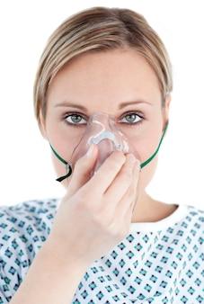 Paziente con una maschera di ossigeno