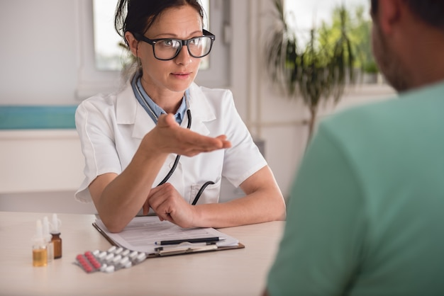 Paziente del dottore explaining report to