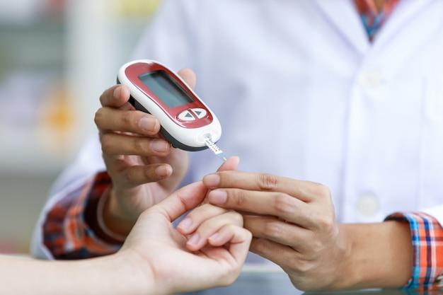 Paziente di sangue di controllo medico in clinica