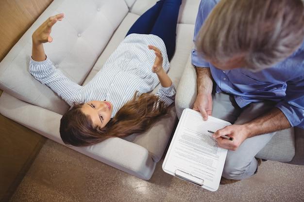 Paziente femminile che interagisce con il medico