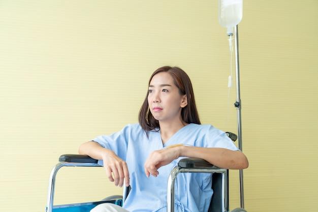 Paziente femminile su sedia a rotelle