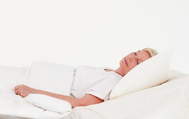 Paziente maggiore che si trova su un letto medico