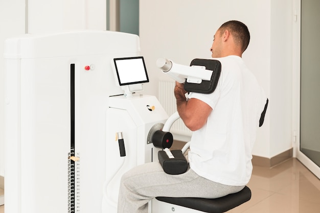 Paziente maschio che lavora al dispositivo medico
