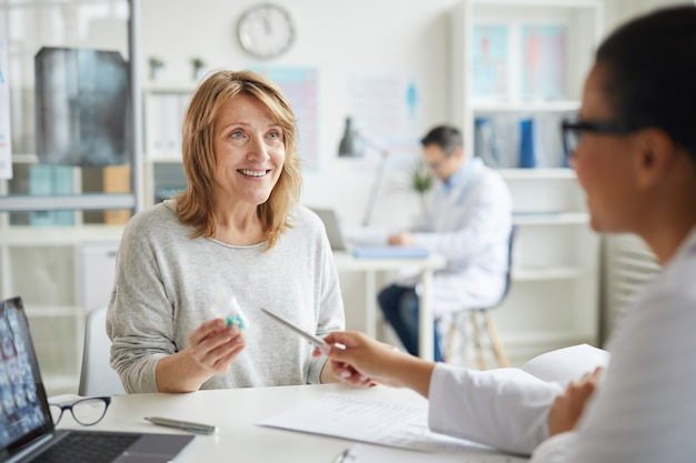 Paziente seduto in studio medico