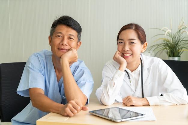 Paziente senior asiatico che ha consultazione con il medico
