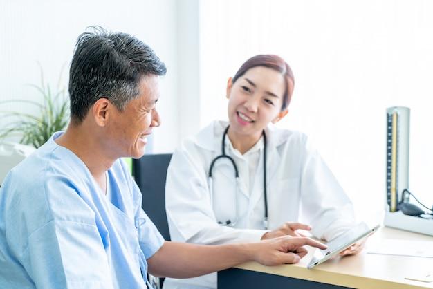 Paziente senior asiatico che ha consultazione con medico