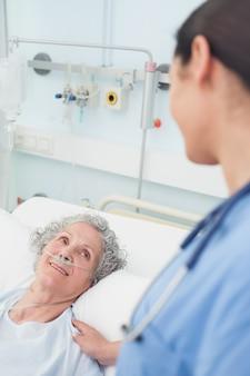 Paziente sorridente che esamina un'infermiera