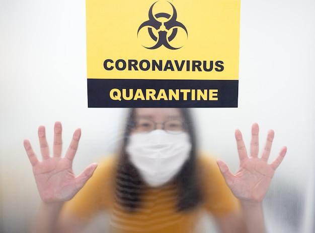 Pazienti con infezione da coronavirus nella sala a pressione negativa nell'area di quarantena covid-19 durante il trattamento con segnale di allarme di quarantena in ospedale