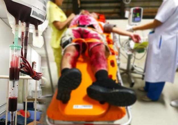 Pazienti incidente e di emergenza e di sangue nel pronto soccorso, sfocatura