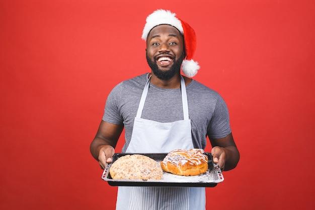 Pazzo giovane chef maschio afroamericano cuoco o uomo panettiere in maglietta grigia grembiule a strisce