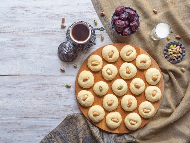 Peda (dolce indiano), fondente di latte in un tavolo di legno bianco. dolci di date di eid e ramadan - cucina araba.