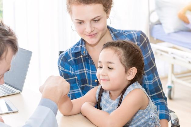 Pediatra (medico) uomo dando pugno urto
