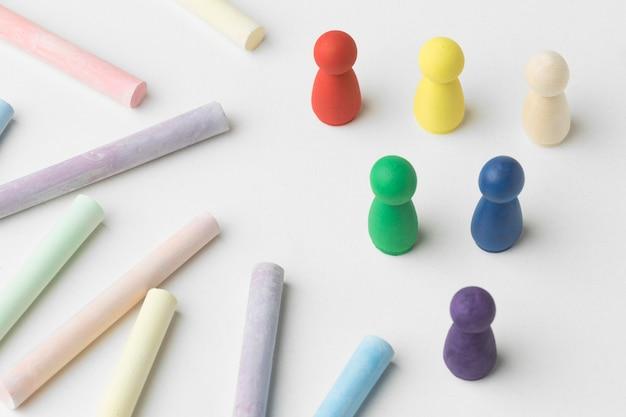 Pedine colorate ad alto angolo su sfondo bianco