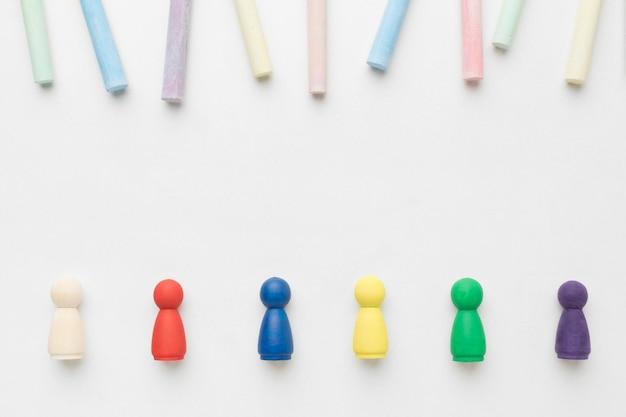 Pedine colorate piatte su sfondo bianco