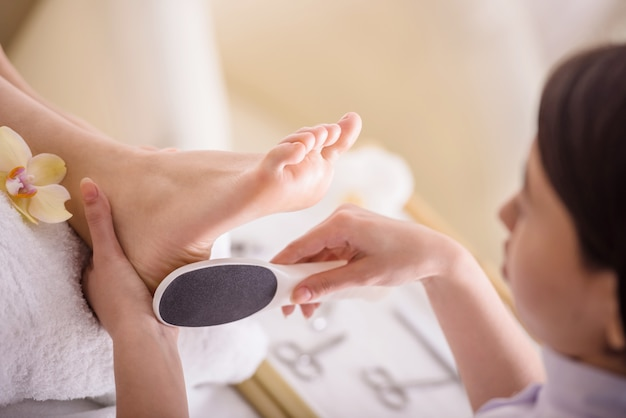 Peeling piedi procedura di pedicure in un salone di bellezza.