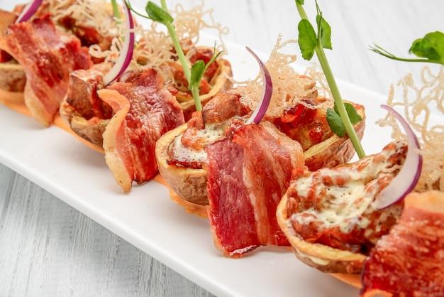 Pelle di patate con pancetta e formaggio, salsa di pomodoro