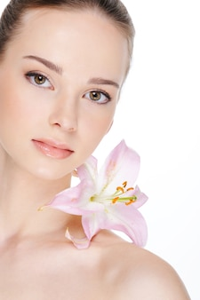 Pelle di salute di bella giovane donna - isolamento su bianco