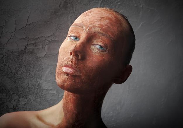 Pelle screpolata secca di una donna