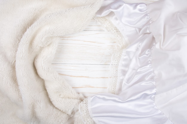 Pelliccia bianca e seta bianca con pizzo