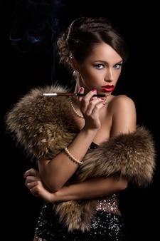 Pelliccia da portare della donna bella e attraente