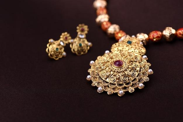Pendente tradizionale indiano con orecchini