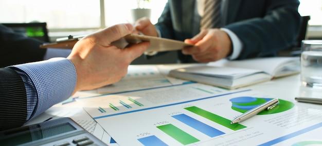 Penna a sfera dei documenti di statistiche finanziarie