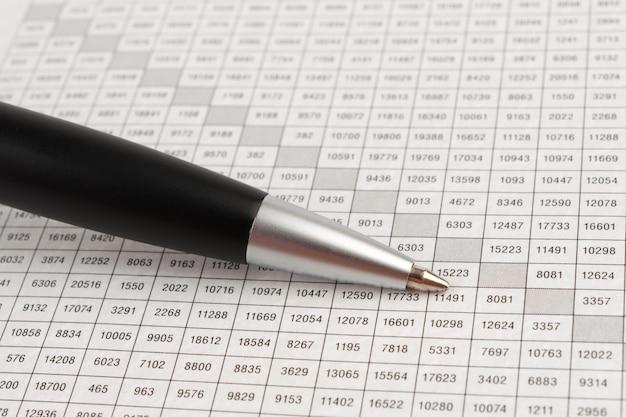 Penna a sfera nera su una pagina di cella