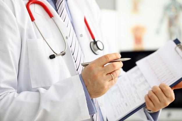 Penna d'argento della tenuta maschio della mano di medico della medicina