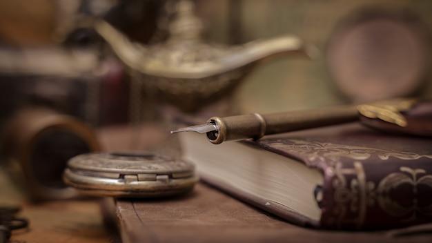 Penna d'epoca penna sul libro