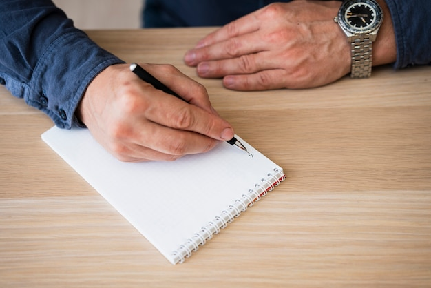 Penna dell'ufficio della tenuta della mano del primo piano