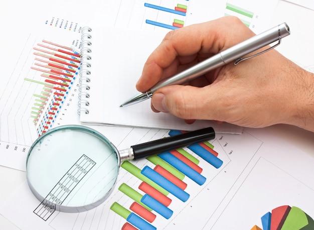 Penna in mano e diagramma di lavoro