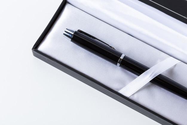 Penna in scatola su sfondo bianco