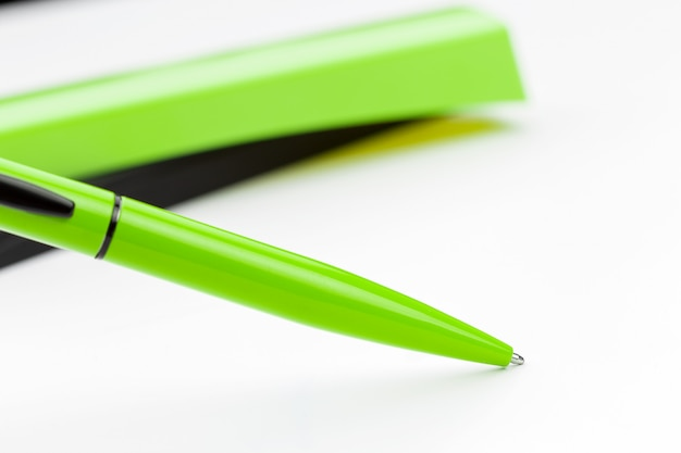 Penna isolata su fondo bianco