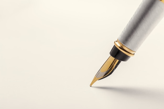 Penna stilografica isolata on white