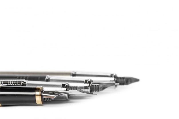 Penna stilografica isolata su sfondo bianco
