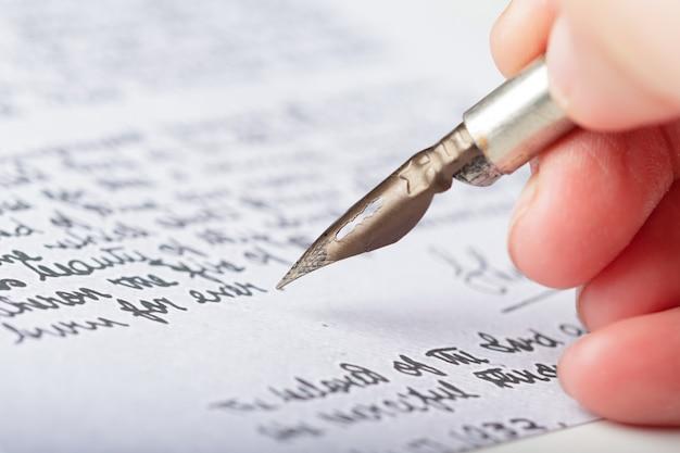 Penna stilografica su un'antica lettera manoscritta