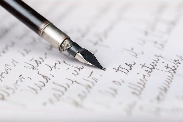 Penna stilografica su una lettera scritta a mano antica