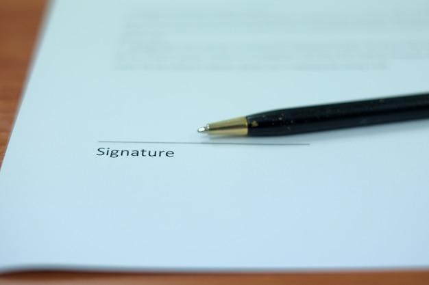 Penna su una linea di firma, preparazione per la firma di un contratto.