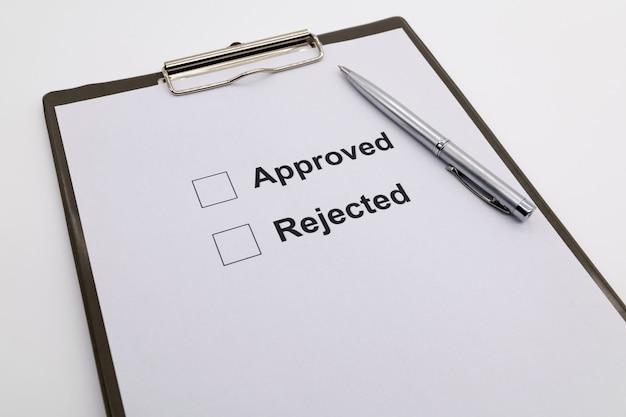 Penna sul documento, selezionare approvato o rifiutato.