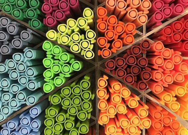 Pennarelli colorati disposti sugli scaffali della cartoleria