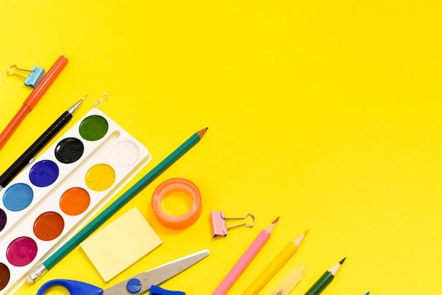 Pennarelli e vernice su uno sfondo giallo