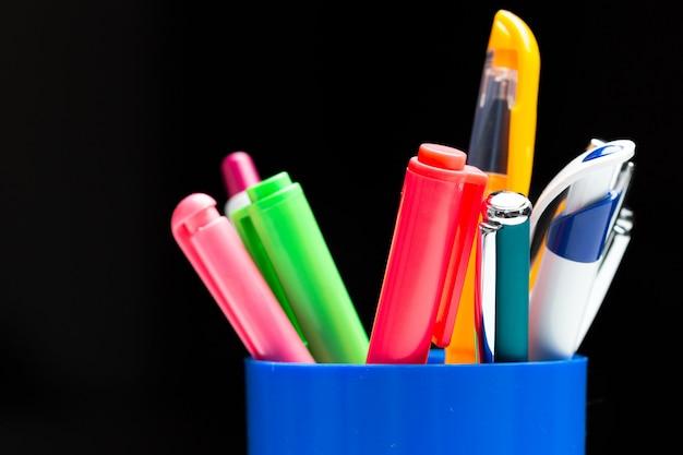 Penne colorate nel cestino