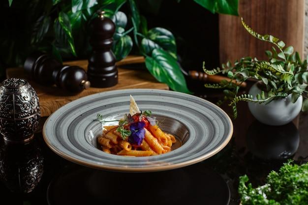 Penne cotte in salsa di pomodoro