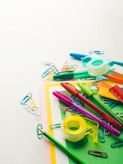 Penne di accessori di strumenti di scrittura scuola colorati di cancelleria