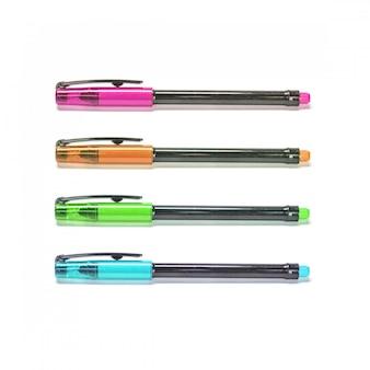 Penne di colore del primo piano isolate su fondo bianco