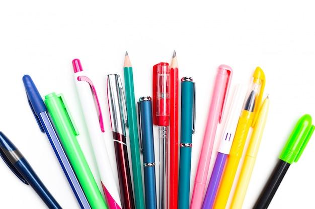 Penne e matite su sfondo bianco