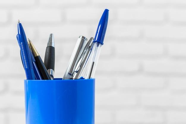 Penne o strumenti di scrittura sulla tavola bianca