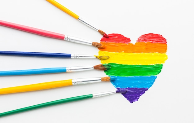 Pennelli arcobaleno di vernice per orgoglio amore